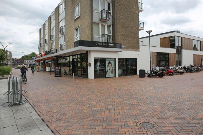 Optiek van Wely in Roosendaal, kapotte ruit zit aan de zijkant van de zaak aan de Dr. van Dregtstraat.