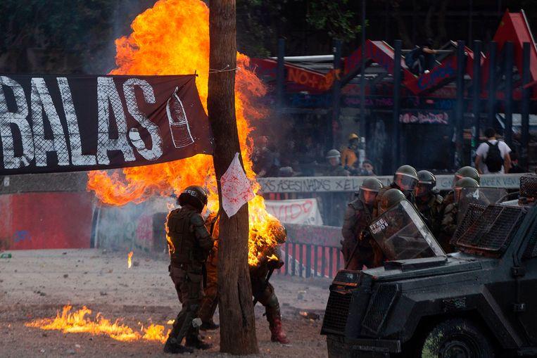 Demonstranten gooien molotovcocktails naar de politie.