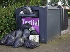 Afval in Enschedese kledingbakken: 'Geeft allemaal rompslomp'