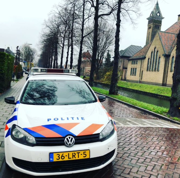 De wijkagent doet een buurtonderzoek na twee woninginbraken gisteravond in Leerdam.