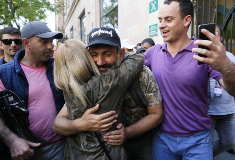 Oppositieleden Nikol Pasjinjan wordt in de Armeense hoofdstad Jerevan begroet door een aanhanger. Mogelijk wordt Pasjinjan dinsdag benoemd tot premier. Beeld Reuters