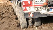 Politie gaat op zoek naar vervuilde wegen door modder