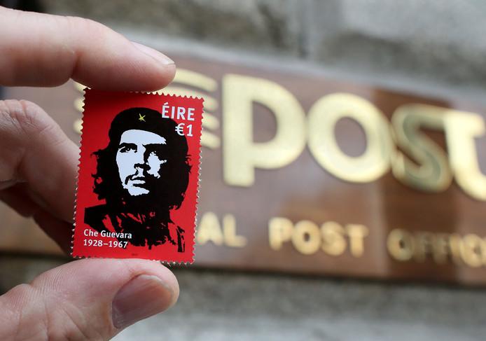 """Een Ierse postzegel met daarop de beroemde afbeelding van Ernesto """"Che""""Guevara. De zegel is ontworpen door kunstenaar Jim Fitzpatrick ter ere van het 50-jarig jubileum van de dood van Guevara. Foto Paul Faith / AFP"""