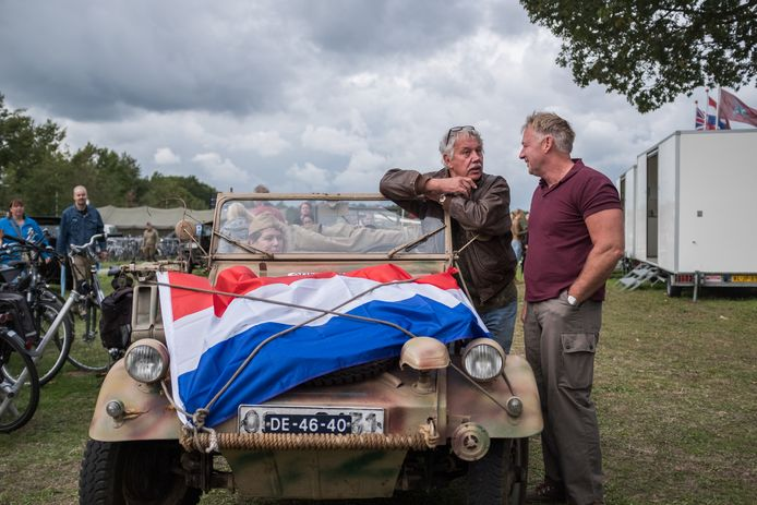 'Race to the Bridge, in september 2018. Eef Peeters, in gesprek leunende op zijn Duitse auto,  zet de tocht voort met Nederlandse vlag op de motorkap. Op gezag van de organisatie.