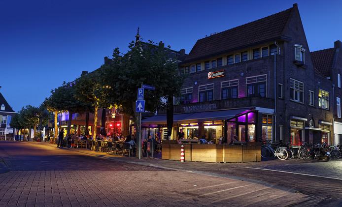 Op de Markt in Boxtel staan meerdere horecapanden in de etalage.