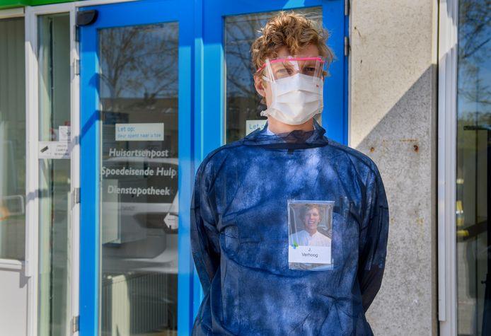 Eerste hulp-arts Joren Verhoog bij de 'corona-ingang' van het LangeLand ziekenhuis.