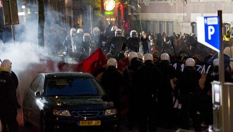 De mobiele eenheid grijpt vrijdag in de Spuistraat in Amsterdam hard in tijdens een krakersdemonstratie. De krakers gooiden met stenen en flessen naar de politie. Foto ANP Beeld anp