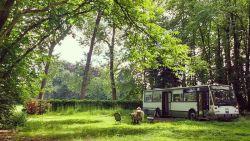"""Architect woont in omgebouwde lijnbus: """"Dit is ons betaalbaar alternatief voor de huurmarkt"""""""