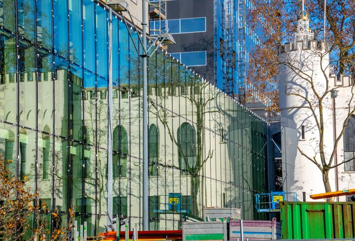 De nieuwe glazen huid van het vernieuwde stadskantoor weerspiegelt het Paleis-Raadhuis uit 1849.