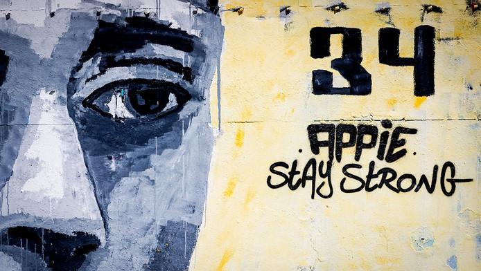 Levensgrote muurschildering van Ajacied Abdelhak Nouri op een muur van een pand aan de NDSM-werf van kunstenaar Ives One.
