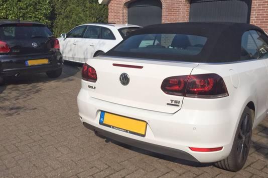 Drie van de auto's die in beslag zijn genomen in het onderzoek naar oplichting door Hollandsche Wind.