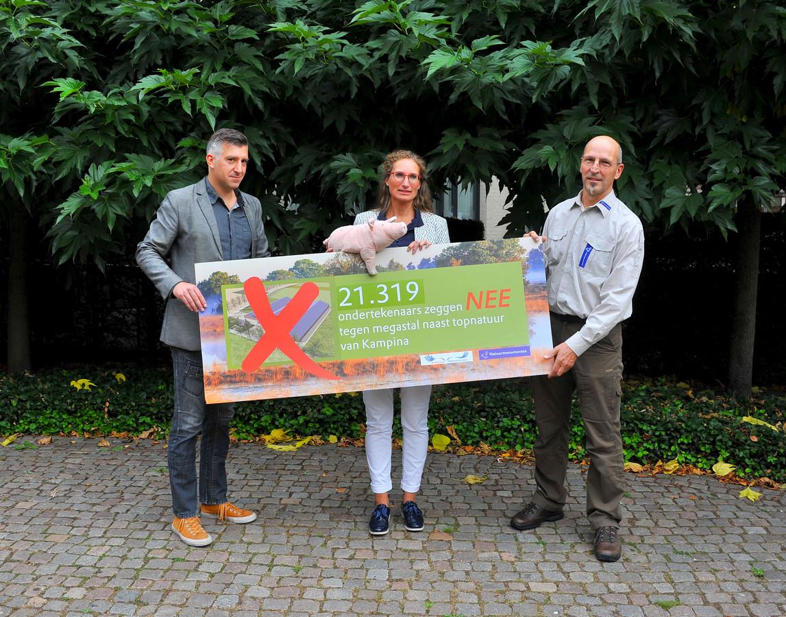 BMF-directeur Selçuk Akinci en Toon Loonen, gebiedsmanager Natuurmonumenten (r) overhandigen 21.319 handtekeningen aan Oirschots wethouder Esther Langens (m).