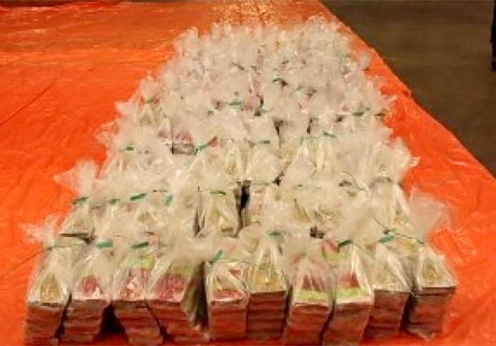 1100 kilo drugs, zeer waarschijnlijk cocaïne, gevonden in een lading ananassap