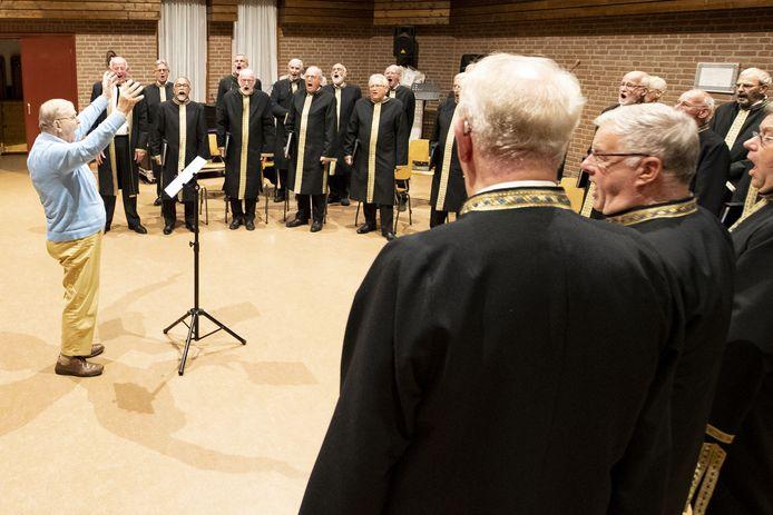 Herman dirigeert zelf het Overijssels Byzantijns Koor. De foto is gemaakt op de dag dat hij een serenade kreeg van de koorleden.