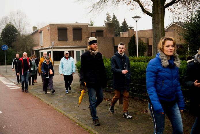 De wandeling door de binnenstad van Helmond, met Tommie Niessen (r)