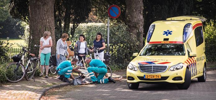 Het aantal ongevallen met e-bikes neemt toe. E-bikers lopen daarbij ook vaak ernstiger letsel op. In Baarn wordt hier een vrouw naar het ziekenhuis vervoerd met letsel aan haar gezicht, schouder en arm.