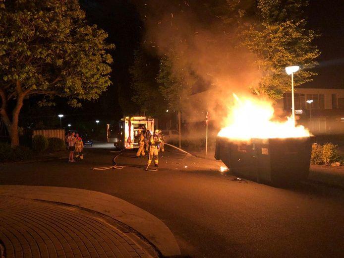 Bouwafval in een container aan de Andromeda in Aalten is vermoedelijk in brand gestoken.