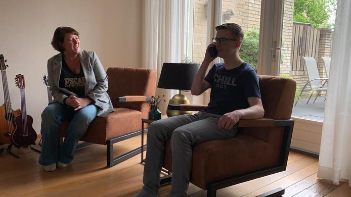 Stef  belt zijn vader met het goede nieuws.