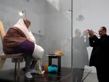 Franse kunstenaar gaat drie weken eieren uitbroeden