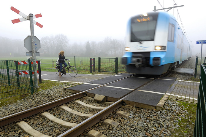 Een onbeveiligde spoorwegovergang is in de winter, met mist, extra gevaarlijk.