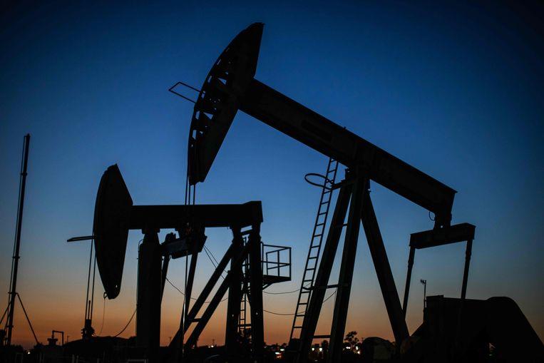 Jaknikker in Long Beach, Californië. Ook de Amerikaanse fossiele industrie is hard geraakt door de gekelderde olie- en gasprijzen. Beeld AFP