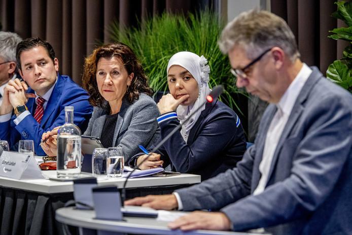 De eerstverantwoordelijke wethouders (van links naar rechts) De Ridder, Hendrickx en Lahlah luisteren naar de bijdrage van Frans Vriens (50PLUS).