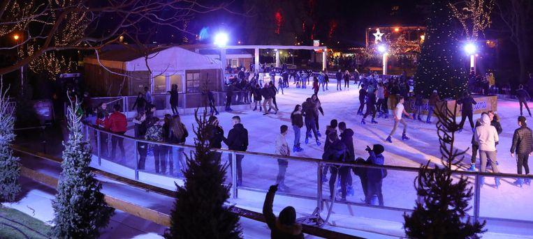 Heel wat Oostendenaars en toeristen testen al meteen de schaatspiste op de vijver van het Leopoldpark uit.