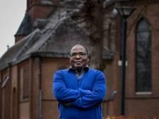 Nigeriaanse pater op Bossche missie: Praatje maken, eenzamen helpen en zélfs gelovigen treffen op voetbaltribune