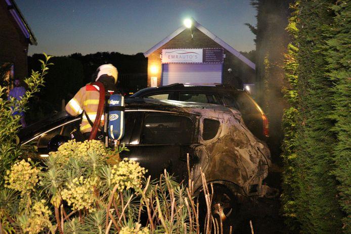 De auto in Maarssen is verwoest door de brand.