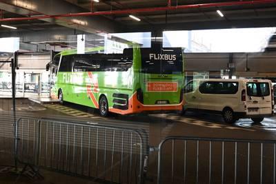 Un bus bloqué à Lyon, un commissariat fermé quelques heures à Paris