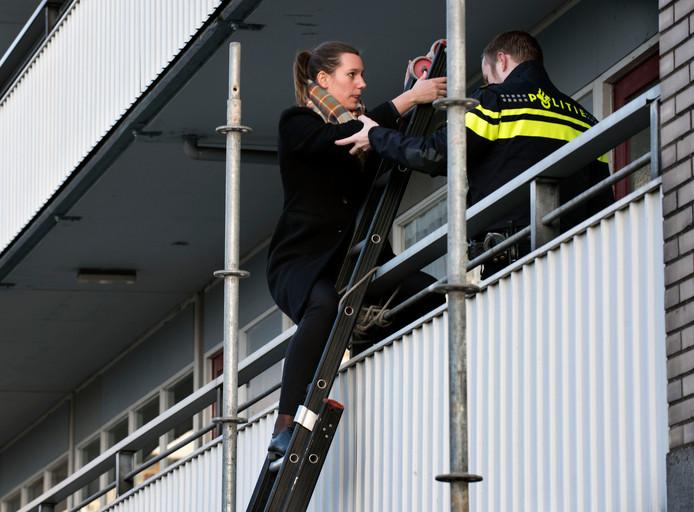 Bewoners van de Faustdreef moesten met een ladder naar boven en beneden vanwege het onderzoek in de portiek