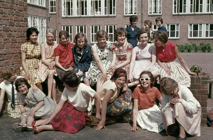 Groep leerlingen op het schoolplein bij het Dr. Mollercollege, 14-06-1962