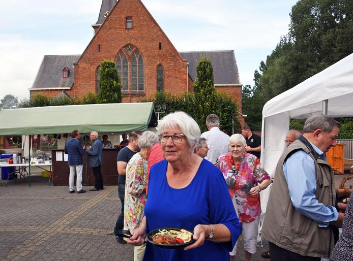 Stichting Kerkbelang Koewacht zamelde begin augustus met een barbecue geld in voor de restauratie.