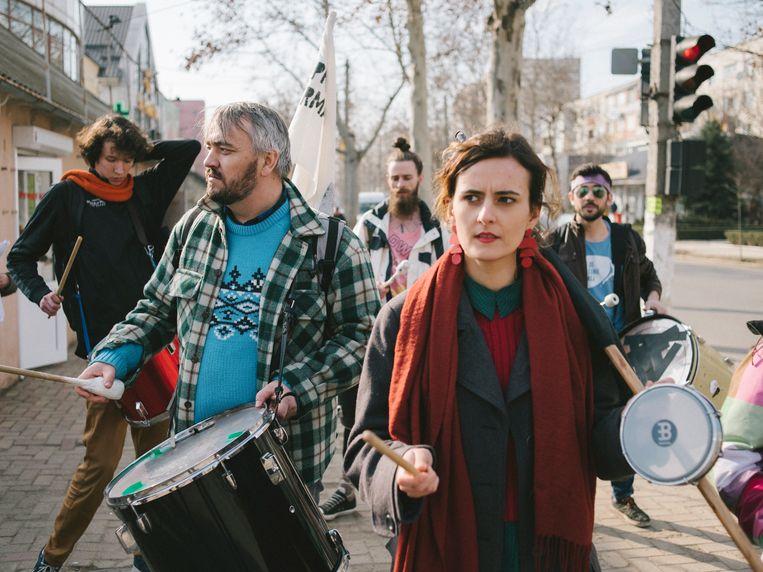 Leden van Occupy Guguta gaan trommelend door de straten van Cahul, een stadje in het uiterste zuiden van Moldavië.  Beeld Ramin Mazur