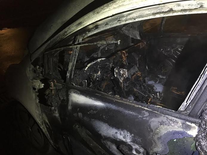 De auto is helemaal uitgebrand