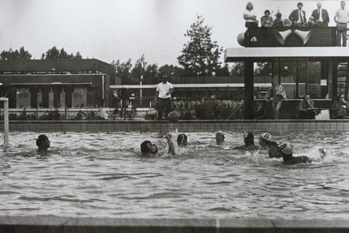 Het oude polobad van het Batenstein toen er nog een buitenzwembad was aan de Van Helvoortlaan in Woerden.