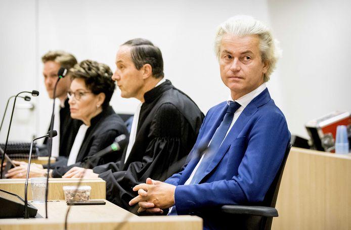 Wilders met zijn advocaten Geert-Jan en Carry Knoops.