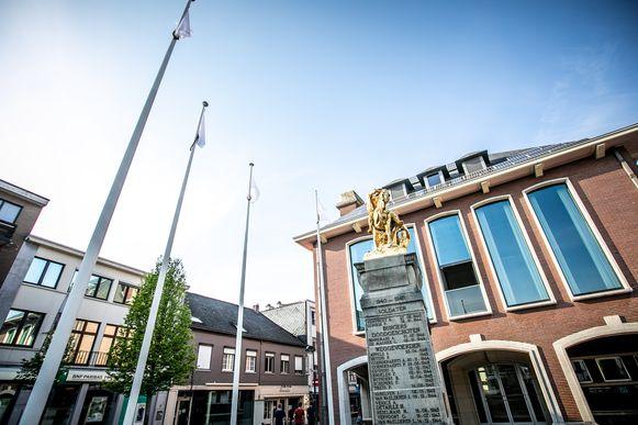 Witte vlaggen aan het gemeentehuis in Tessenderlo.