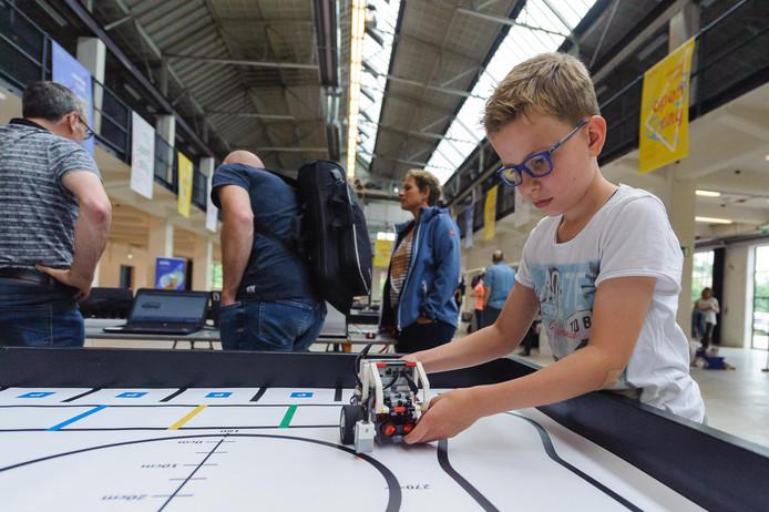 Jongeren aan de slag in het Oyfo Techniekmuseum, het kindvriendelijkst museum in Overijssel
