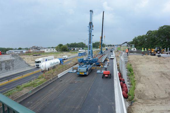 Twee grote kranen staan intussen al klaar om vrijdag de tijdelijke brug te installeren.