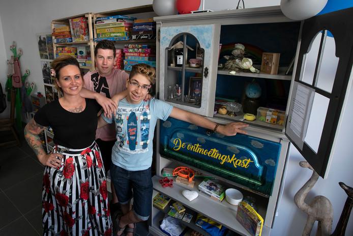 Marie van Steensel, Bram Vlems en Bryan Rahmian bij de ontmoetingskast.