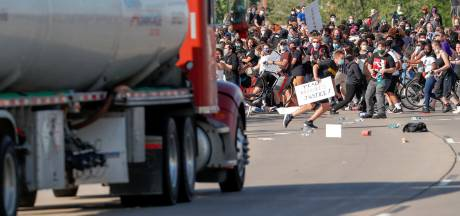 Un camion force le passage parmi les manifestants à Minneapolis