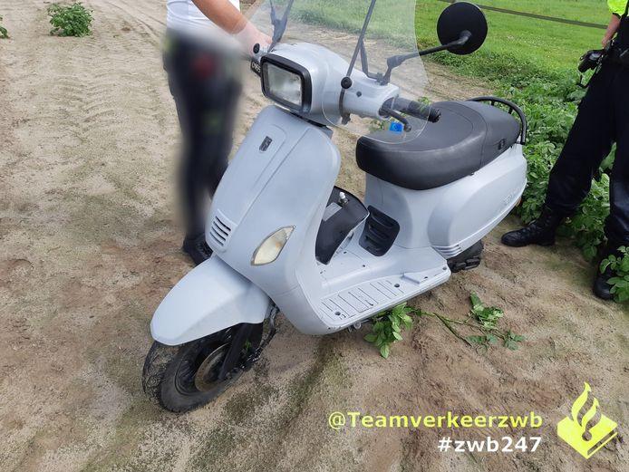 14-jarige jongen op gestolen scooter aangehouden in Oud Gastel met taser en boksbeugel.