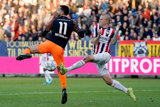 Holmen namens Willem II in duel met PSV-spits Mitroglou.
