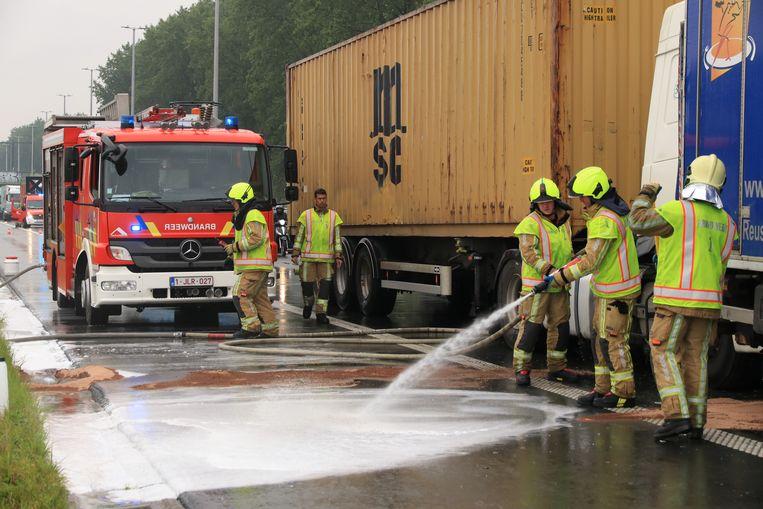 Bij het ongeval kwam er heel wat olie op de rijbaan terecht.