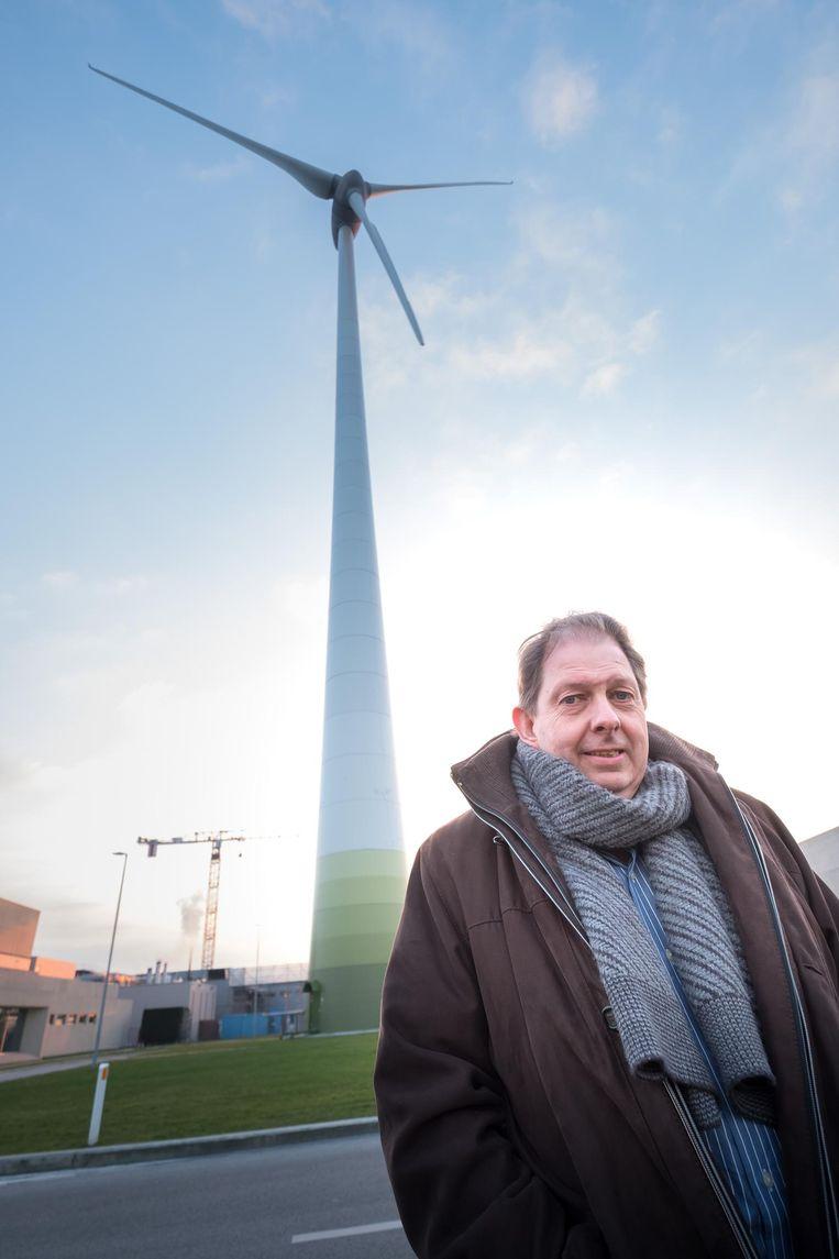 Marc Amelinckx van de actiegroep 'Betere Buurt Puurs' vecht al jaren tegen de windturbines van Pfizer langs de N16.