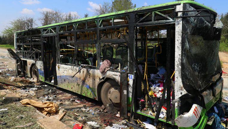De bus waarin de zelfmoordaanslag werd gepleegd is zwaar beschadigd. Beeld reuters
