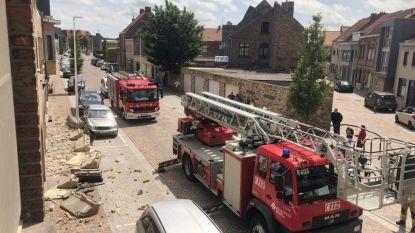 VIDEO. Zwaar stuk betonnen gevel van dakgoot stort opeens op straat