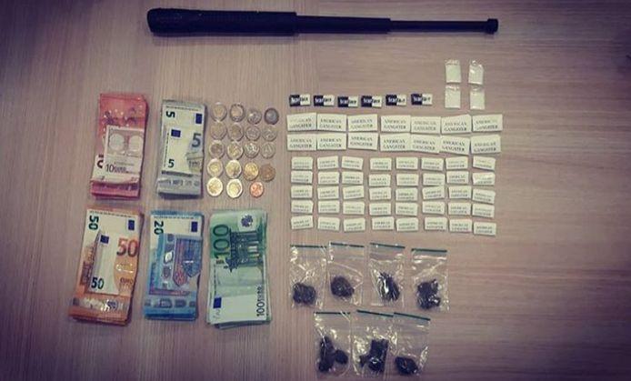 De drugs, het geld en de wapenstok zijn in beslag genomen.