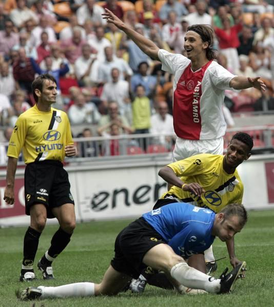Zlatan Ibrahimovic, een week voor zijn vertrek naar Juventus, slalomt door de defensie van NAC Breda en maakt een wereldgoal.